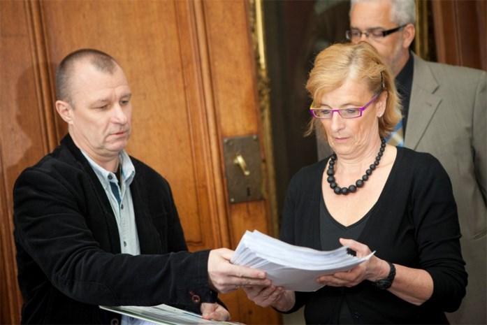 Cafébazen overhandigen petitie tegen terrassenreglement