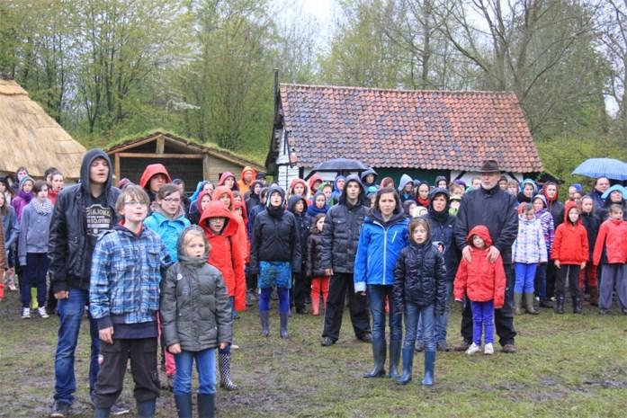 Repetities openluchtspektakel in Middeleeuws dorp