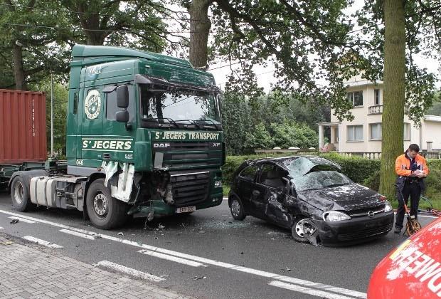 Chauffeur zwaargewond na botsing met vrachtwagen