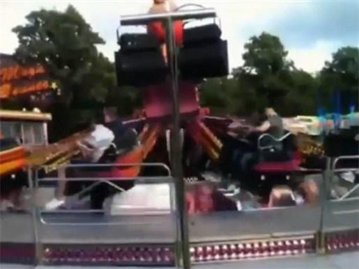 Tieners vliegen uit achtbaan