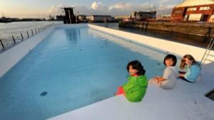 Zwembadboot meert aan in Antwerpen