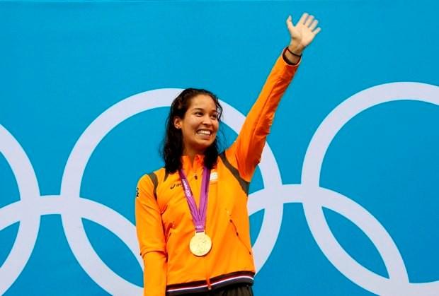 Zwemster Kromowidjojo draagt Nederlandse vlag op sluitingsceremonie