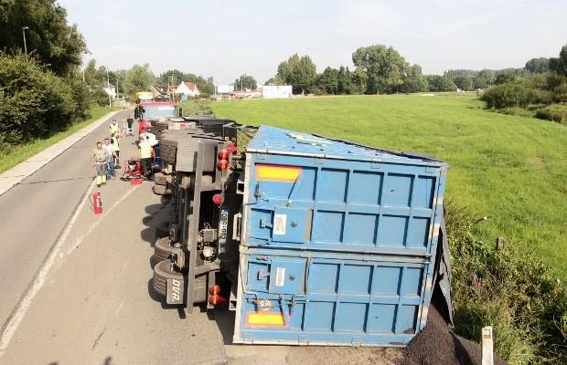Gekantelde vrachtwagen verspert weg