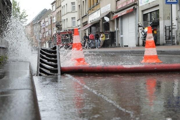 Hevige regenzone zorgt voor wateroverlast (fotoalbum)