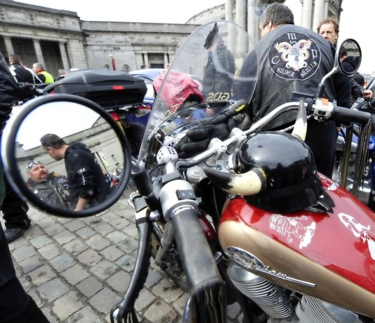 Duizenden motards verzamelen aan Atomium tegen Europese keuring