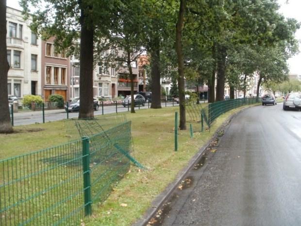 Gat in het hekwerk op de Venneborglaan
