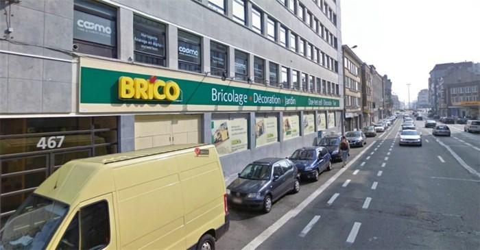 Automobilist belandt in vitrine van Brico in Schaarbeek na aanrijding met voetganger