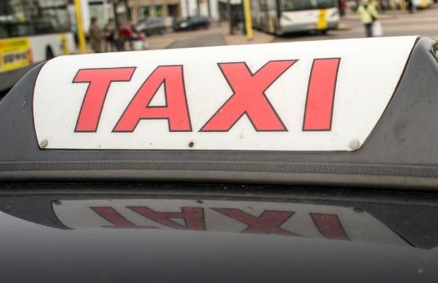 Model krijgt opschroting voor inbreuken in taxibedrijf stiefvader