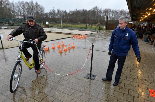 Senioren leren elektrisch fietsen