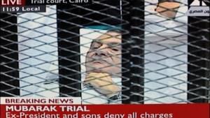 Moebarak glijdt uit in douche van gevangenis en raakt gewond