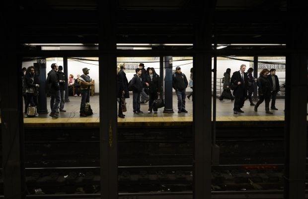 Opnieuw man onder New Yorkse metro geduwd