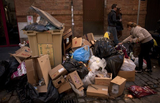 Afval hoopt zich op in straten van Sevilla
