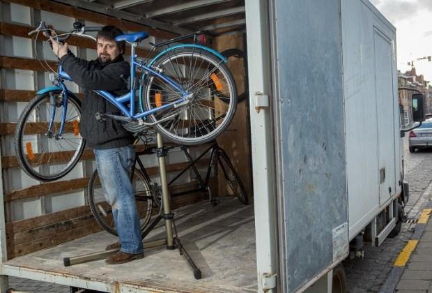 Fietsenmaker herstelt fietsen aan huis