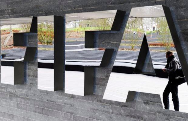 FIFA schorst 74 voetballers en refs wegens matchfixing