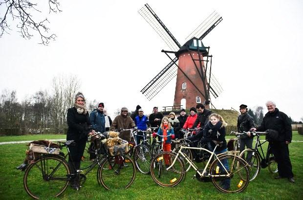 Oude tweewielers fietsen langs antitankgracht