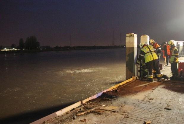 Groot binnenschip gezonken bij betonfirma in Niel