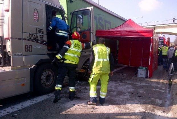Auto geplet tussen vrachtwagens: Vrouw (69) overleden