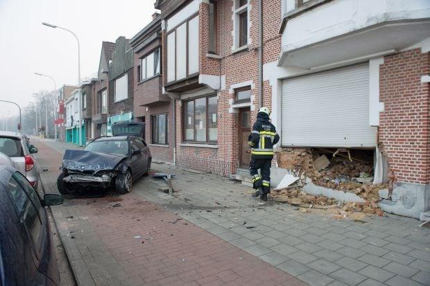 Auto rijdt tegen gevel in Hove