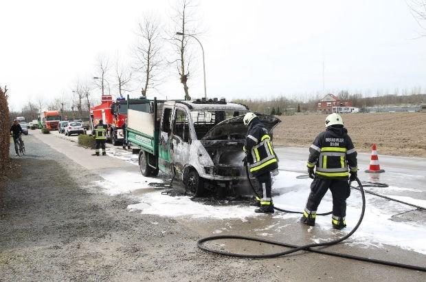 Bestelwagen brandt uit