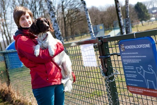 Parket bekijkt grondstalen van ziekmakende hondenweide