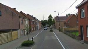Vrouw in terreinwagen ramt twee woningen