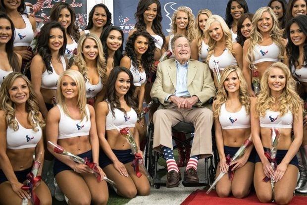Oud-president Bush keurt cheerleaders