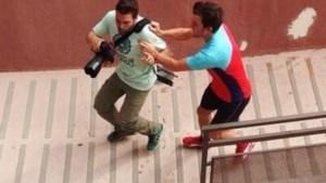 Alonso duwt fotograaf van trap en vernielt camera