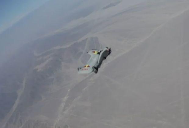 Belg met vleugels vliegt boven Peru (video)