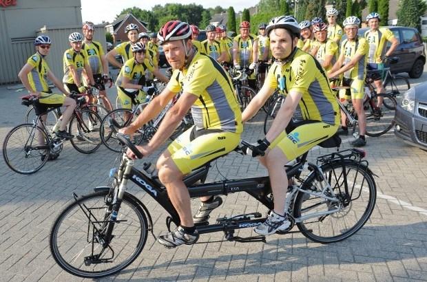 Man met hersenletsel rijdt per tandem mee met fietsvrienden