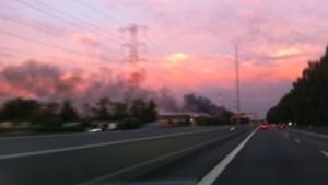 Enorme rookpluim na brand in oude fabriek