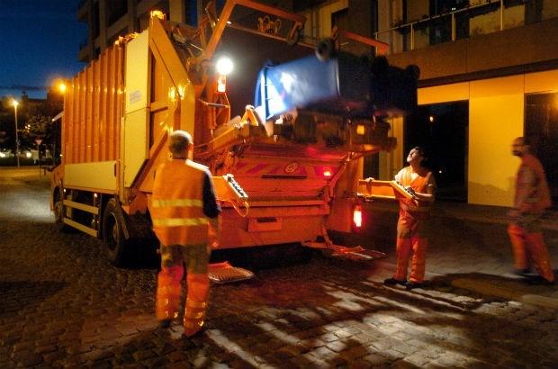Geschorste vuilnismannen weer aan het werk