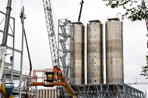 Enorme silo's verrijzen bij chemiefabriek