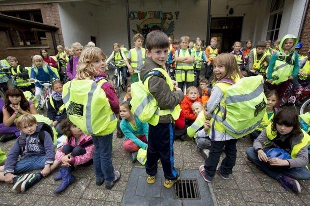 Schoolkinderen krijgen boekentashoesjes