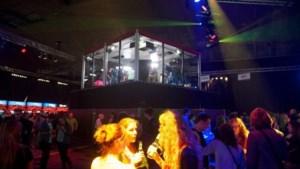 Jan Becaus MC't op OP12-feest