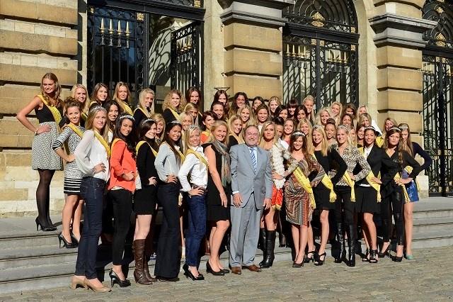 Kandidaten Miss België krijgen les van Herman De Croo