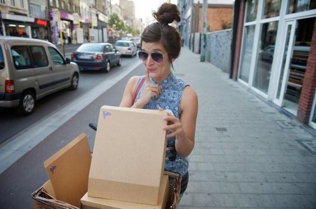 Evy op de fiets-met-de-taarten levert aan huis