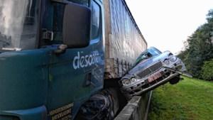 Bestuurder overleeft bizar ongeval