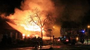 Uitslaande brand vernielt oude hoeve