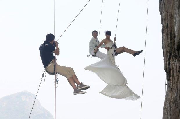 Koppel laat trouwfoto's maken op grote hoogte