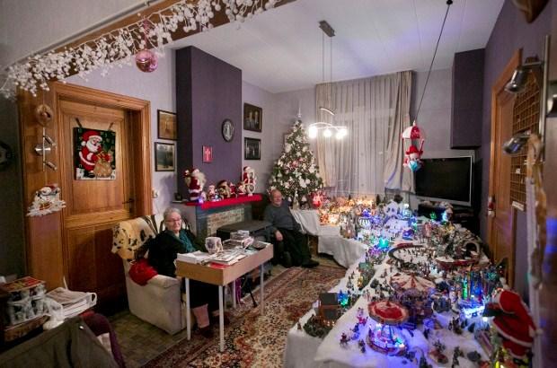 Koppel bouwt compleet kerstdorp in living