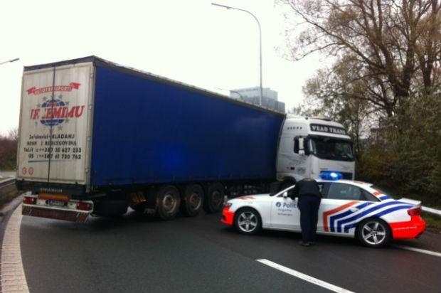 Vrachtwagen gaat in schaar op A12
