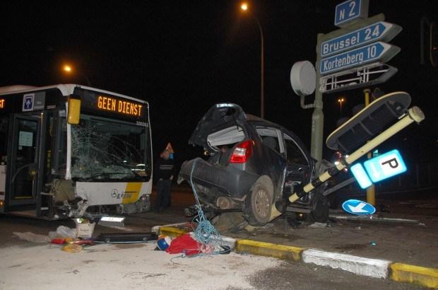 Auto geplet tussen paal en bus in Herent (video)