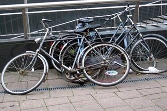 Openbare verkoop van fietsen, hout en ander materiaal