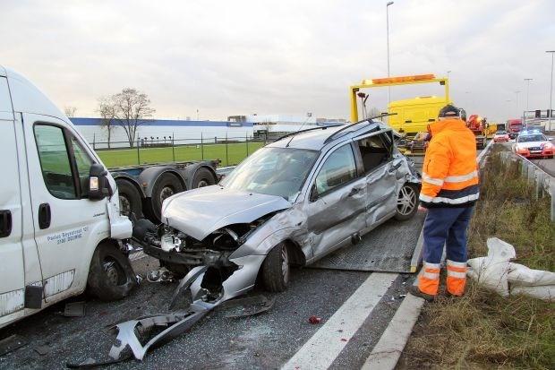 Twee zwaargewonden bij aanrijding tussen zes voertuigen op E313