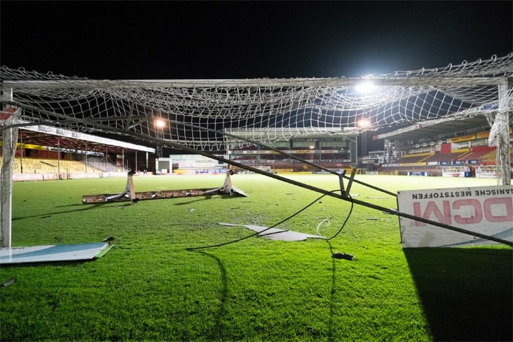 http://www.gva.be/ahimgpath/assets_img_gva/2014/01/03/2802730/dak-stadion-kv-mechelen-afgerukt-door-storm-enorme-ravage-id5217640-1000x800-n.jpg