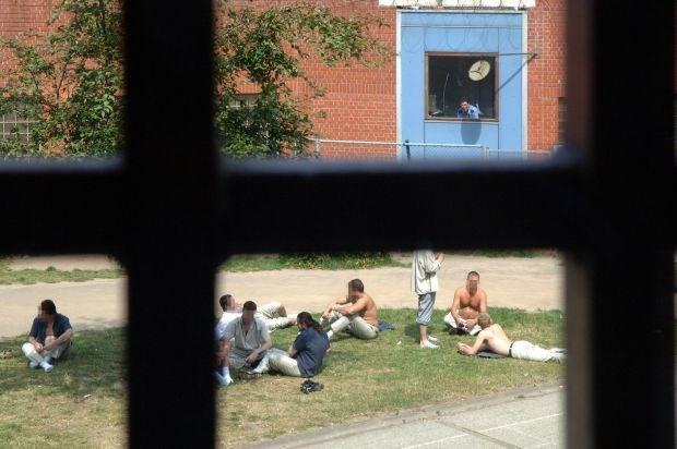 2141 veroordeelden zitten celstraf niet uit