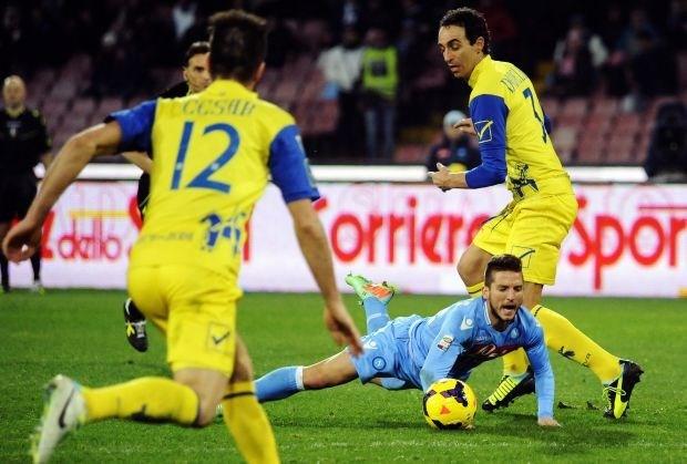 Mertens schiet twee keer tegen de paal, Napoli speelt gelijk