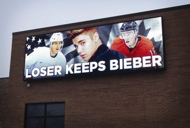 Reclamebord belooft Justin Bieber aan verliezer halve finale ijshockey