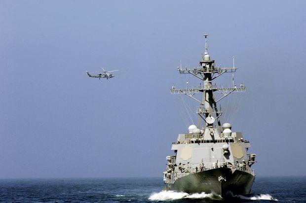 Amerikaanse gevechtsvliegtuigen en -schepen naar Russische grenzen