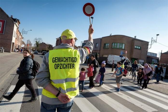 Vrijwilligers helpen kinderen veilig oversteken